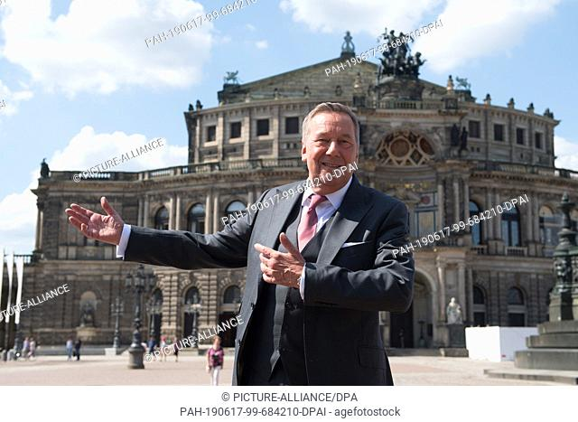 17 June 2019, Saxony, Dresden: The German pop singer Roland Kaiser is on the sidelines of a press conference in front of the Semper Opera on Theaterplatz