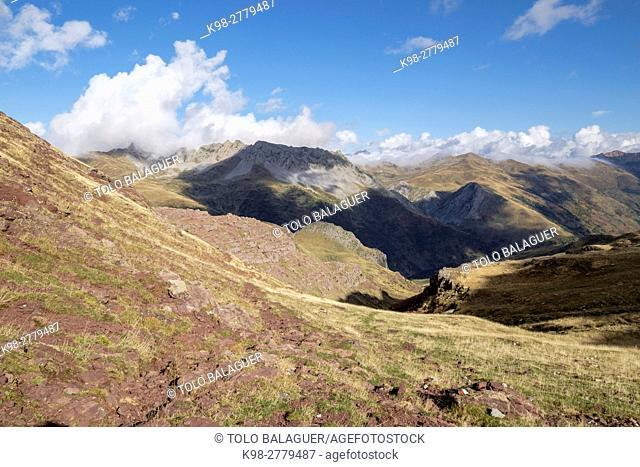 GR11 trail, Petraficha pass, Valley of Hecho, western valleys, Pyrenean mountain range, province of Huesca, Aragon, Spain