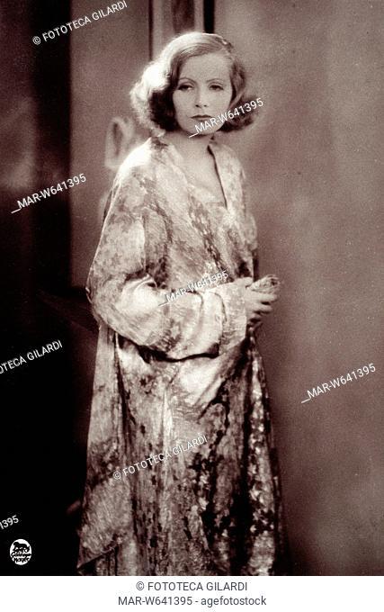 Greta GARBO (1905?-1990) ritratta quasi a figura intera, in una luccicante vestaglia a stelle. Scena da 'Grand Hotel' film diretto da Edmund Goulding nel 1932 e...