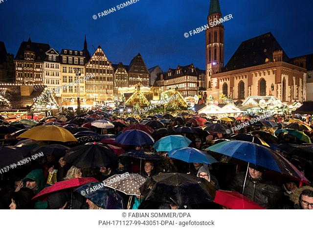 The audience waits for the opening of the Christmas market at the Roemerberg in Frankfurt am Main, Germany, 27 November 2017