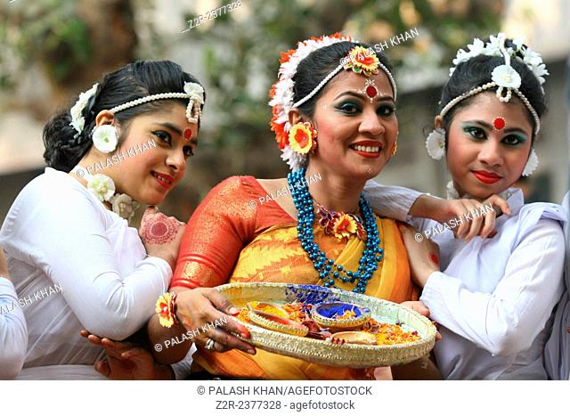 Dhaka, Bangladesh. 13th Feb, 2015. Artists perform on stage on the occasion of 'Basanto Utsav' the first day of spring at Dhaka University Fine Arts Institution