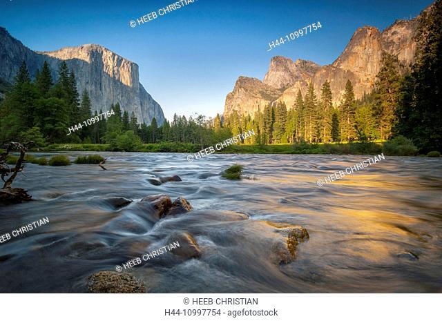 USA, California, Sierra Nevada, Yosemite, National Park, Merced river in Yosemite Valley
