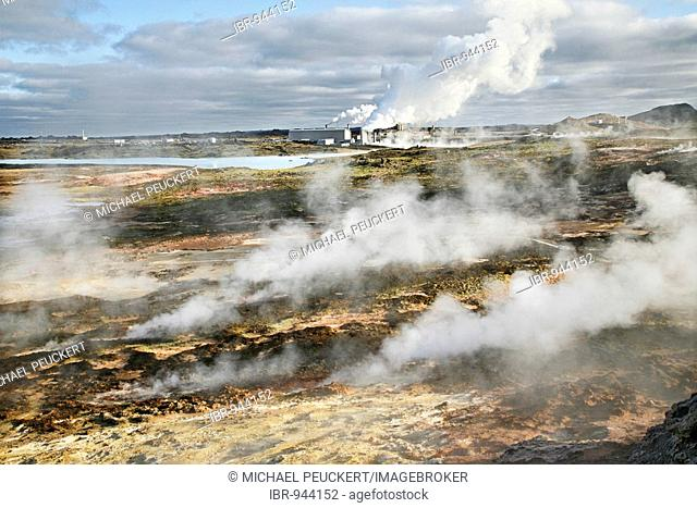 Steam from the countless holes and fractures in the earth's crust, the Solfatarten, behind it a geothermal power station and a factory for salt extraction