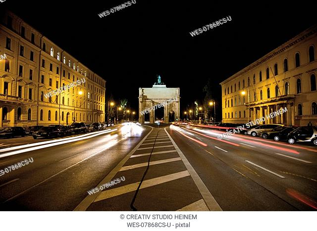 Germany, Bavaria, Munich, traffic passing through Victory Gate