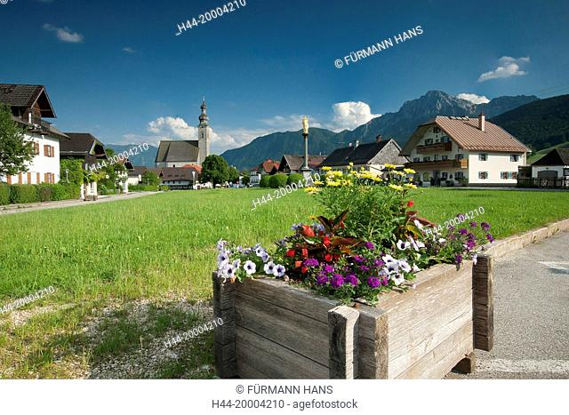 Village square with Mary and the church of the Assumption of Mary in Anger in the Berchtesgaden area with the Hochstaufen in the background