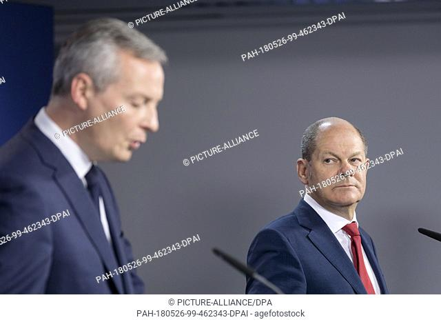 25.05.2018, Belgium, Brussels: French Minister of the Economy Bruno Le Maire (L) and the German Federal Minister of Finance Olaf Scholz (R) are talking to media...