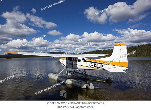 Taxiing Cessna 185 Skywagon, Floatplane, bush plane, Caribou Lakes, upper Liard River, Yukon Territory, Canada