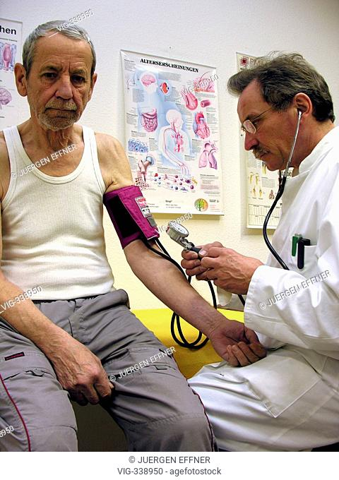 GERMANY, STRAUBING, 02.12.2006, Doctor check the blood pressure to a elder patient. - Straubing ehem. SÜDKLINIK, Bavaria, Germany, 02/12/2006