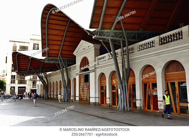 Mercat de Santa Caterina, 1845 Market rehabilitated with a roof color to buy fresh produce and try Catalan cuisine. Barcelona, Catalonia, Spain, Europe