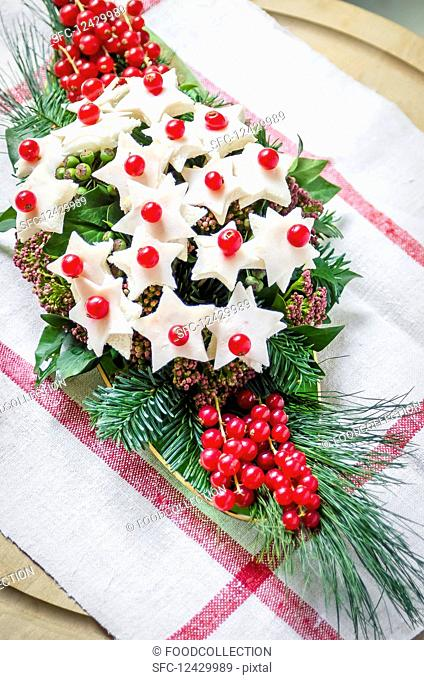 Bread and cheese stars with redcurrants