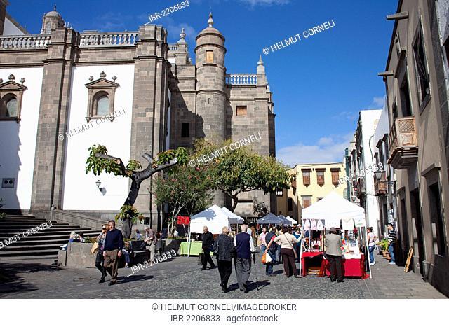 People on the market square behind the Cathedral of Santa Ana, Plaza del Pilar Nuevo square, Vegueta, historic district of Las Palmas, Gran Canaria