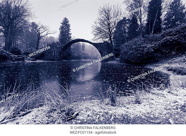 Germany, Kromlau, view to Rakotz Bridge over Lake Rakotz in winter