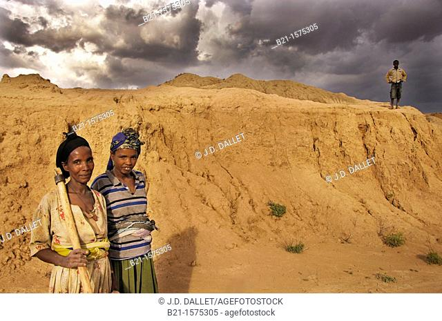 Worknesh and nephews Tirunesh and Solomon looking for wood for cooking, degradated land between Mojo and Nazareth, Ethiopia