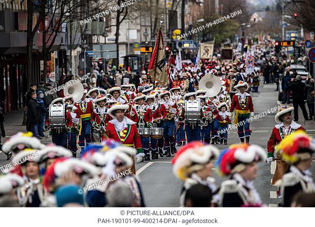 01 January 2019, Rhineland-Palatinate, Mainz: The guardsmen are moving through the city centre. With the New Year's procession through the cathedral city
