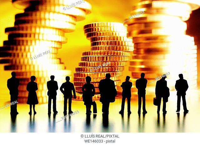 composicion digital de varias siluetas de personas irreconocibles, observando montones de dinero. , digital composition of several silhouettes of unrecognizable...