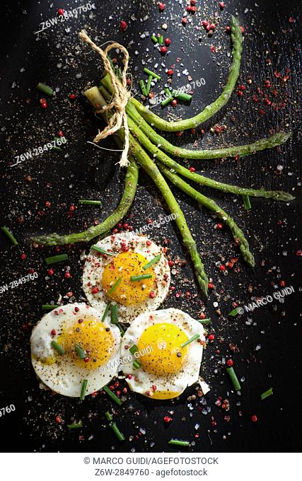 Presentation of a second dish of eggs with asparagus on a slate plate