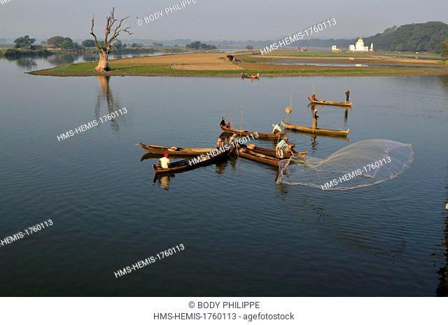 Myanmar (Burma), Mandalay Division, Amarapura, Taungthaman Lake, U Bein, fishing with a casting net