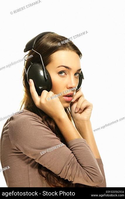schüchterne frau hört musik