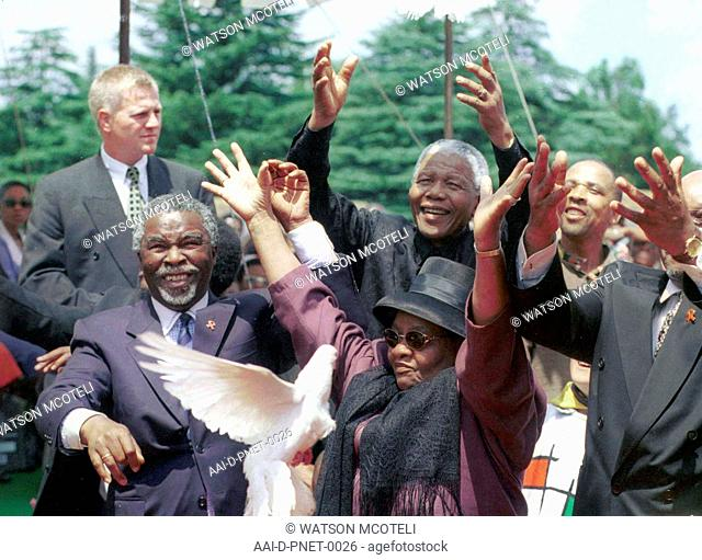 FORMER PRESIDENT NELSON MANDELA AND STATE PRESIDENT THABO MBEKI RELEASE DOVES AS A TRIBUTE TO ANC STALWART ALFRED NZO AT HIS FUNERAL AT WEST PARK CEMETERY IN...