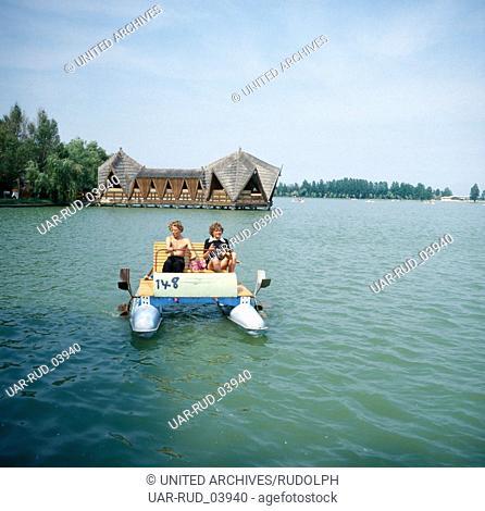 Tretbootfahren auf dem Neptunsee, Rumänien 1970er Jahre. Pedalo driving on lake Neptune, Romania 1970s