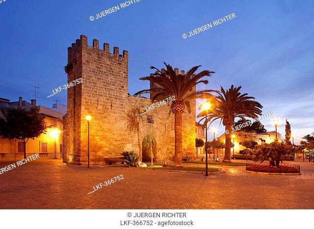 Porta del Moll, historic town gate, 14 century, Alcudia, Mallorca, Balearic Islands, Spain, Europe