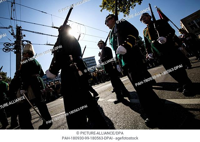 30 September 2018, Baden-Wuerttemberg, Stuttgart: In traditional costumes and rifles, participants of the 200th anniversary procession of the Cannstatter...