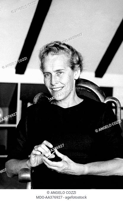 Kirsten Auken smiling. Danish doctor and president of the Committee on Sex Education Kirsten Auken smiling and posing. November 1962