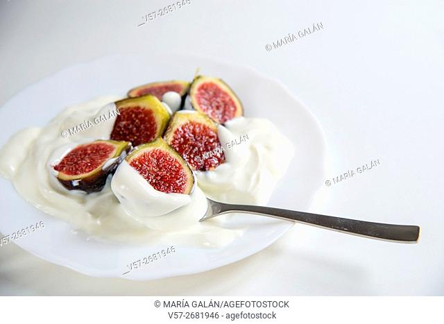 Black figs with cream