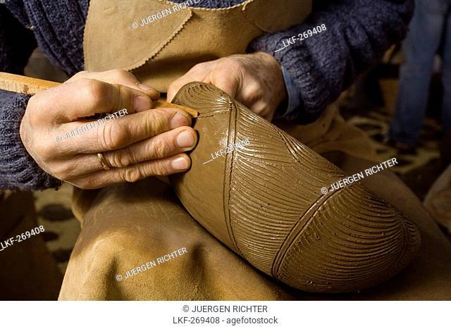 potter, engraving, hand, ceramic, pottery, workshop, craft, Ramon Barreto Leal, Ceramica El Molino, Hoyo de Mazo, Villa de Mazo, La Palma, Canary Islands, Spain