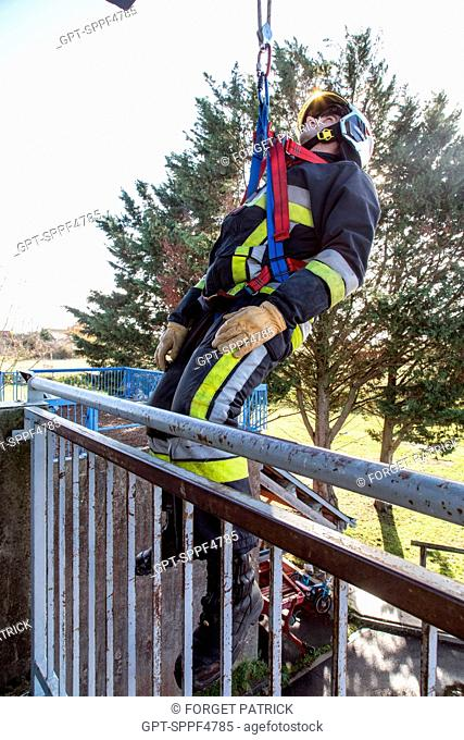 TRAINING IN ROPE RESCUE MANOEUVRES, EMERGENCY SERVICES DEPARTMENT OF CHATEAUDUN, EURE-ET-LOIR (28)
