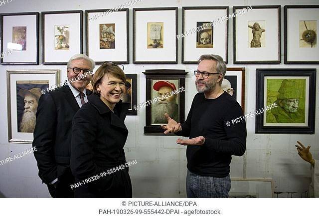 26 March 2019, Saxony, Leipzig: Federal President Frank-Walter Steinmeier (l-r) and his wife Elke Büdenbender talk to the painter Michael Triegel in his studio...