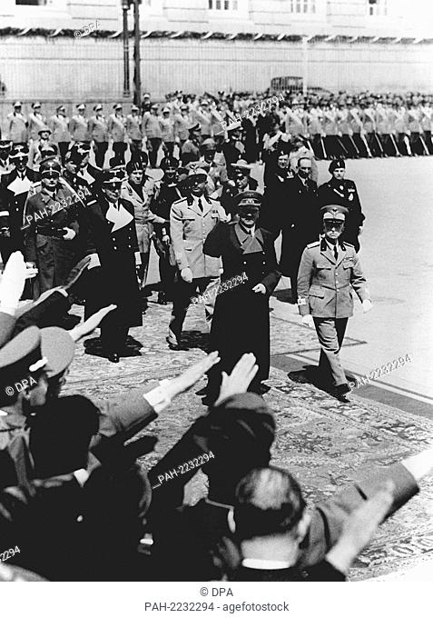 Adolf Hitler (l) and King Viktor Emanuel III. of Italy (r) walk past the guard of honour in Naples. The German Führer's visit to Italy from the 3rd to the 9th...