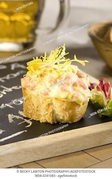 montadito de ensaladilla de jamon cocido, lechugas, pina, huevo y salsa rosa