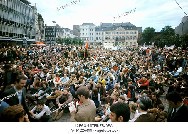 Students demonstrate on 17 May 1969 on Muensterplatz in Bonn (West Germany) against the education policy of the German government. | usage worldwide