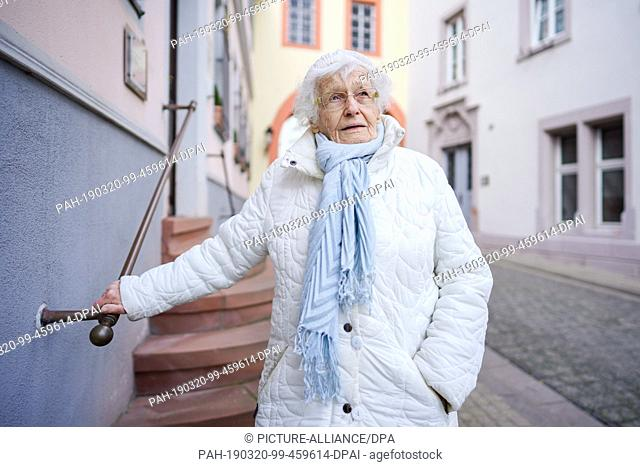 18 March 2019, Rhineland-Palatinate, Kirchheimbolanden: Lisel Heise stands in the old town in front of the street to the town hall