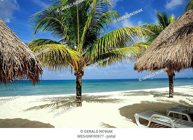 Mexiko, Cozumel, Beach chair and Palapas on tropical beach
