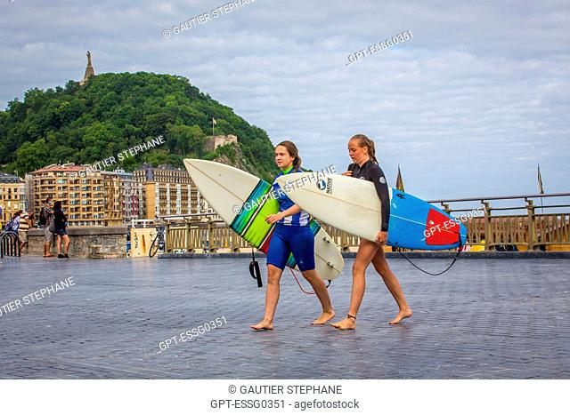 SURFERS, ZURRIOLA BEACH, SAN SEBASTIAN, DONOSTIA, BASQUE COUNTRY, SPAIN