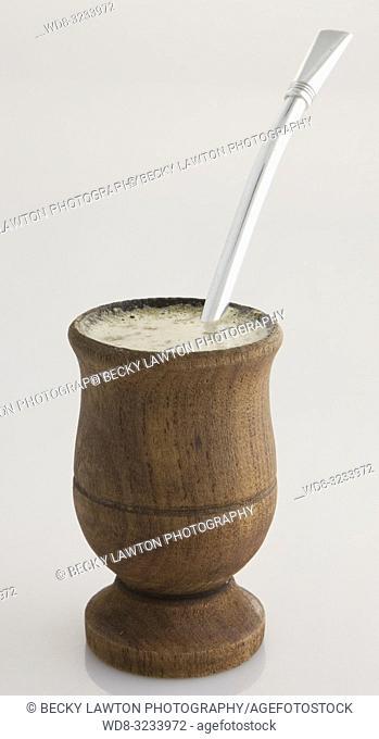 mate en copa de madera con su bombilla