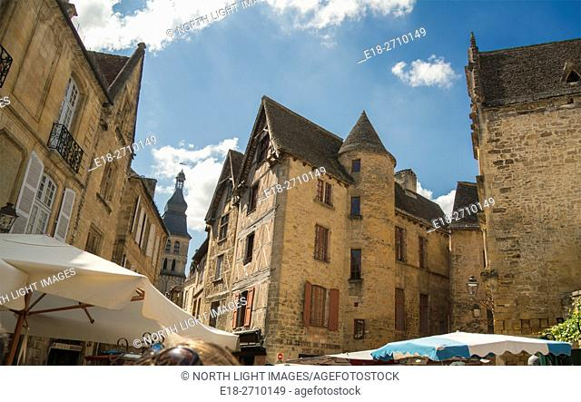 France, Midi-Pyrénées, Sarlat-la-Caneda. Medieval building surround the marketplace in the centre of town