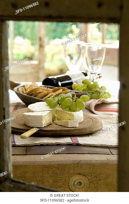 Brie with green grapes and crackers