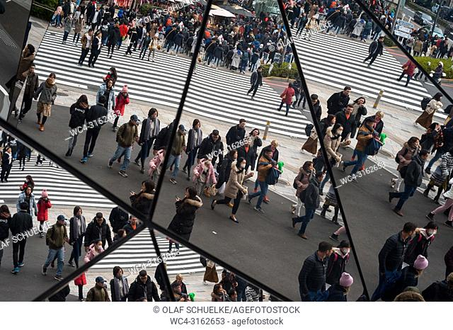 31. 12. 2017, Tokyo, Japan, Asia - Pedestrians are reflected in the mirrored entrance of the Tokyu Plaza Omotesando shopping mall in Tokyo's Harajuku dictrict