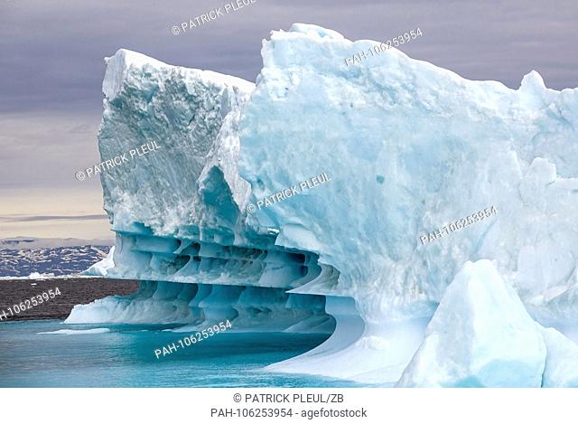 26.06.2018, Gronland, Denmark: Icebergs drifting in the sea off the coastal town of Ilulissat in western Greenland in the late evening to the late afternoon sun