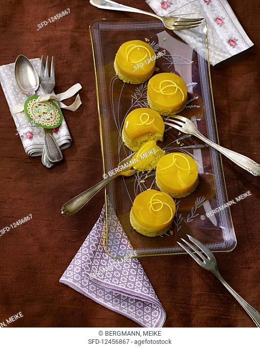 Multi-vitamin cakes with vanilla cream