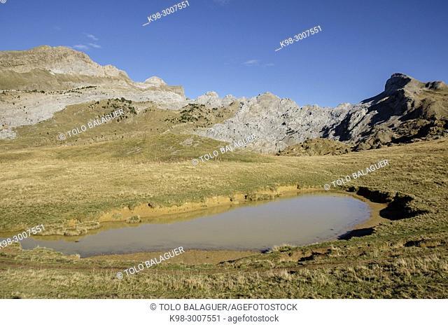 Alto de Budogia (2367 mts), Mesa de los Tres Reyes (2448 mts), Pico Mouscaté (2236 mts), Petrachema-Ansabere (2378 mts), Hoya de la Solana
