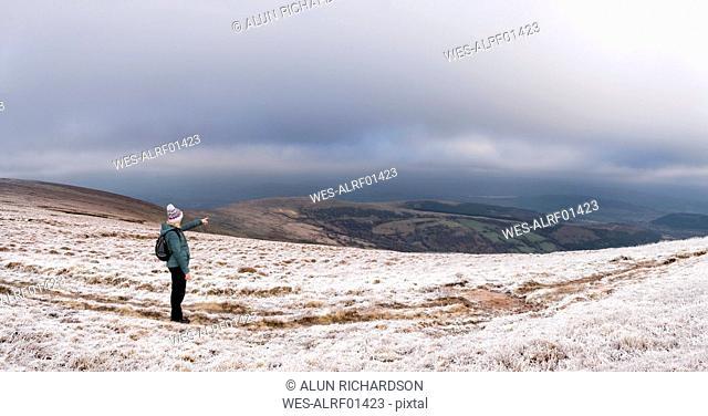 UK, Wales, Brecon Beacons, Craig y Fan Ddu, woman hiking in winter landscape