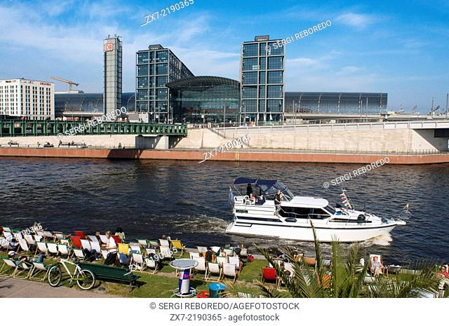 Boat excursion in the Spree river, Berlin. At back Berlin Hauptbahnhof train station. Spree, Landwehrkanal and Havel – Berlin is crossed by a multitude of...