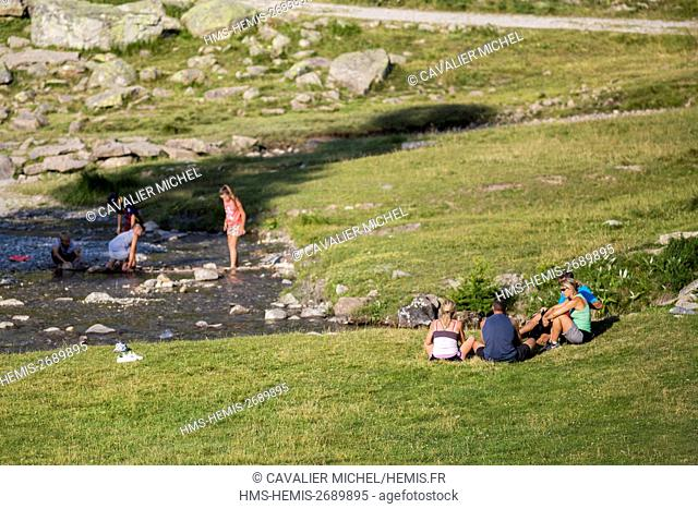 France, Alpes de Haute Provence, national park of Mercantour, Haute Hubaye, relaxation in family near the river Hubayette in the valley of Fourane