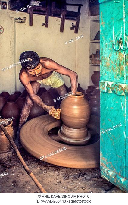 Potter working on wheel, Yadadri Bhuvanagiri, Telangana, India, Asia
