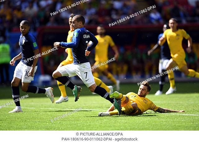 16 June 2018, Russia, Kazan, Soccer, FIFA World Cup 2018, Matchday 1 of 3, France vs Australia in the Kazan Arena: Antoine Griezmann from France is fouled by...