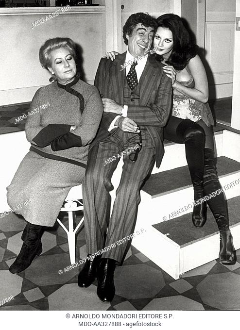 Gino Bramieri at the theatre with Elsa Vazzoler and Gianna Serra. The comedian and actor Gino Bramieri poses with two actresses of the cast of 'Povera Italia':...